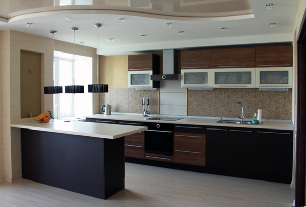 коричневый кухонный гарнитур с барной стойкой