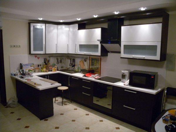 дизайн кухни С-образной планировки