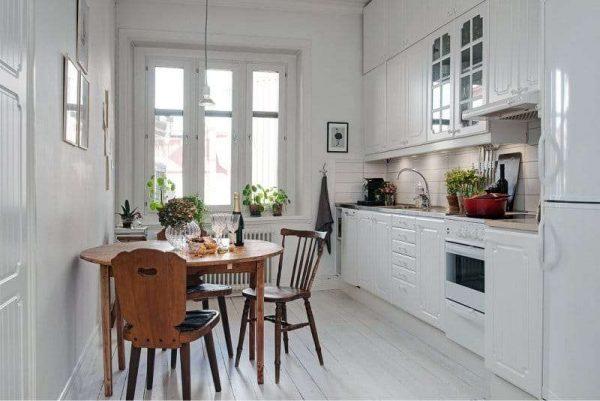 дизайн белой кухни с круглым столом