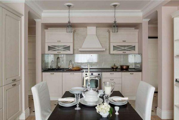 дизайн линейной светлой кухни со столом