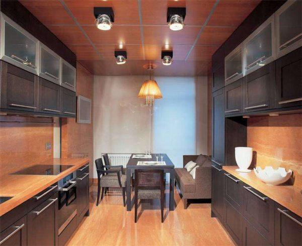 дизайн двухрядной кухни с потолочным освещением