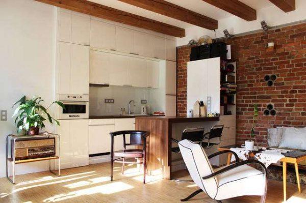 дизайн белой кухни с кирпичной стеной