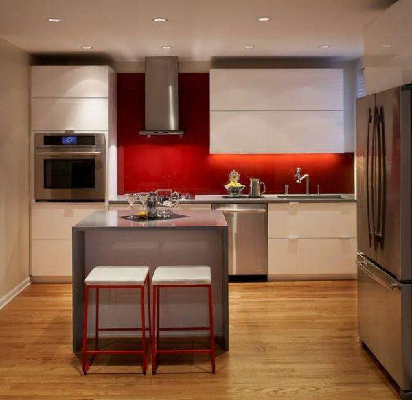 дизайн кухни с красным фартуком