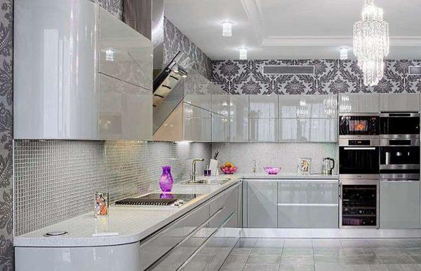 интерьер угловой белой кухни