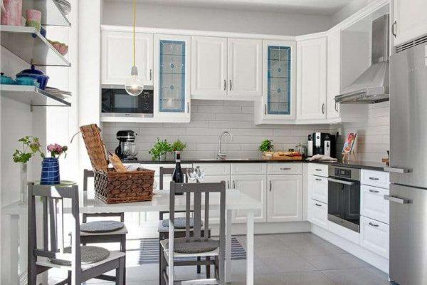 угловая белая просторная кухня