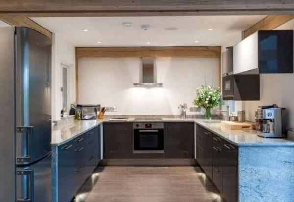 синяя П-образная кухня