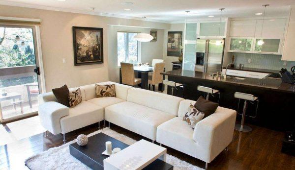 кухня-гостиная с угловым белым диваном