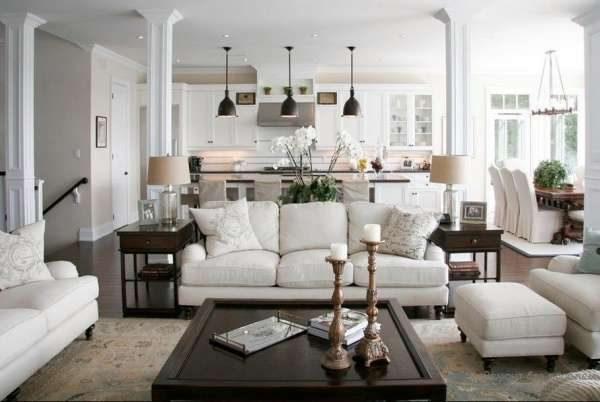 кухня-гостиная с белой диванной группой