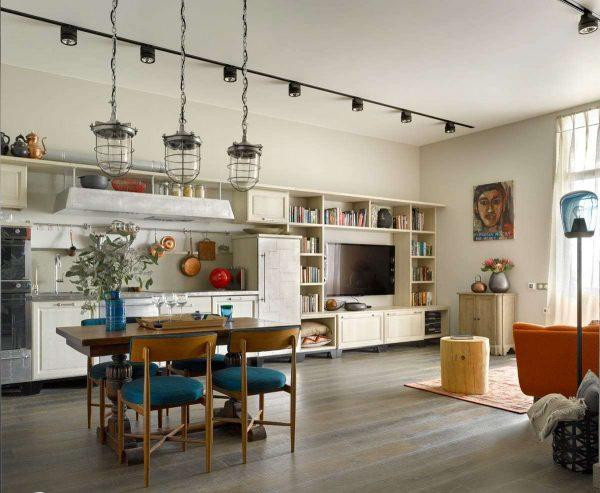 кухня-гостиная со стильными светильниками в качестве декора
