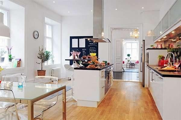 светлая кухня-гостиная с островной плитой