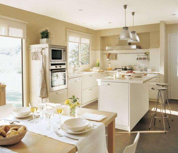 кухня-гостиная с островом и обеденным столом