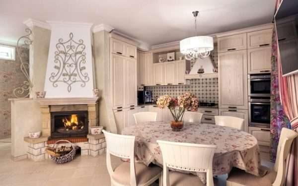 кухня-гостиная в стиле прованс с камином