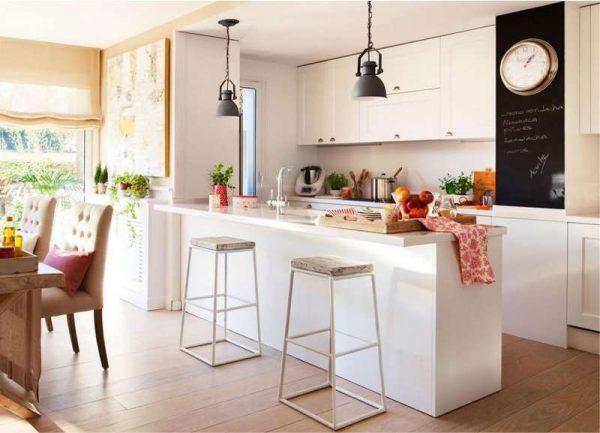 белая кухня-гостиная с барной стойкой
