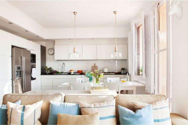 просторная светлая кухня-гостиная