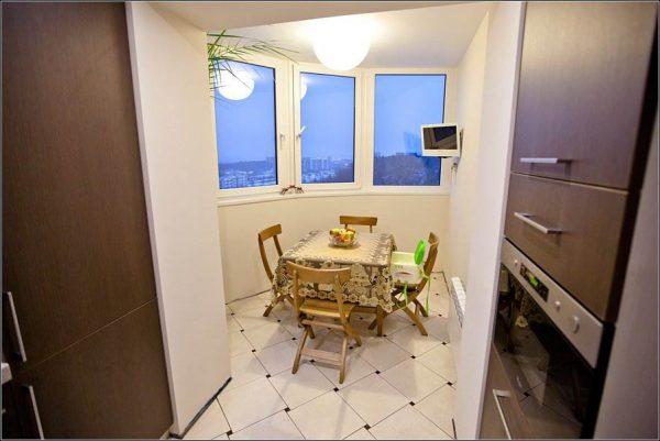 обеденный стол на балконе или лоджии