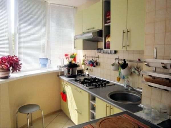 рабочая зона на кухне на балконе или лоджии