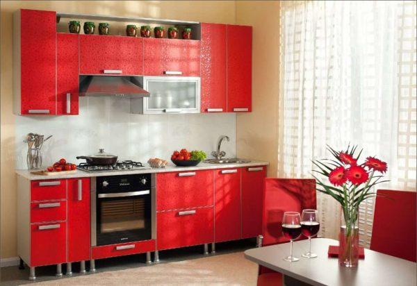 интерьер простой кухни с мебелью