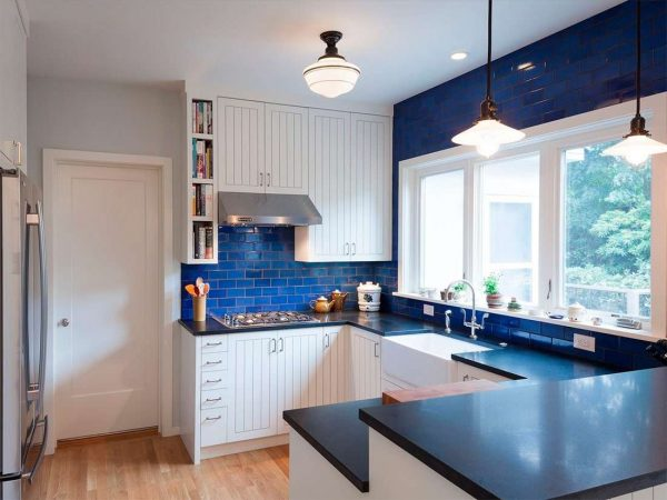 синий фартук на белой кухне