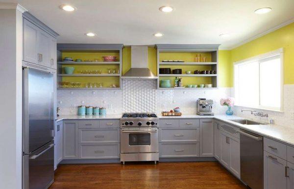 кухня серого цвета с открытыми полками
