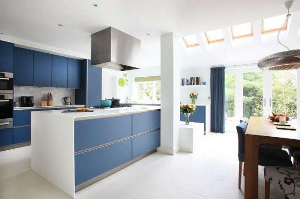 синяя простая кухня с островом