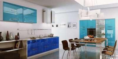 сине голубая кухня с обеденным столом