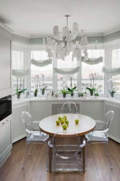 роскошный обеденный стол в эркере