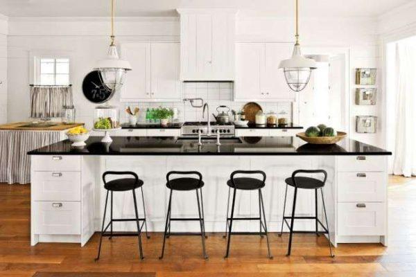 дизайн кухни с островом и чёрной столешницей