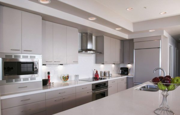 дизайн кухни в стиле модерн с островом