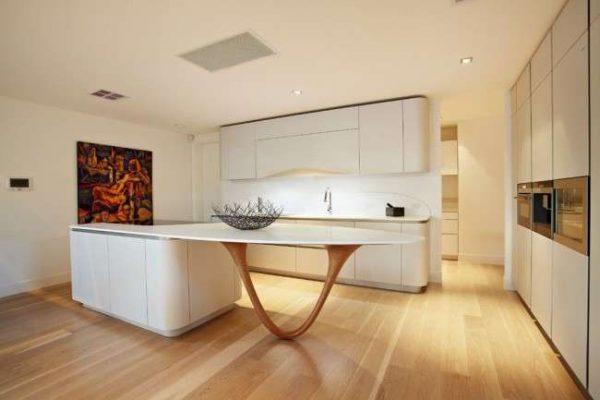 стильный дизайн белой кухни с островом