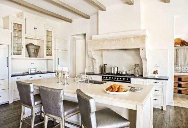 дизайн кухни с островным столом