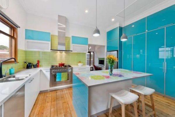 дизайн голубой кухни с островом