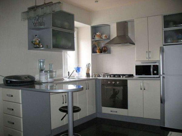 П-образный кухонный гарнитур на кухне гостиной в хрущёвке