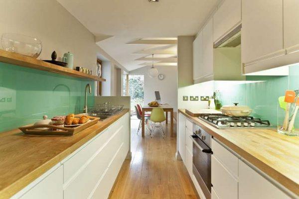 Двухрядная кухня с деревянными столешницами