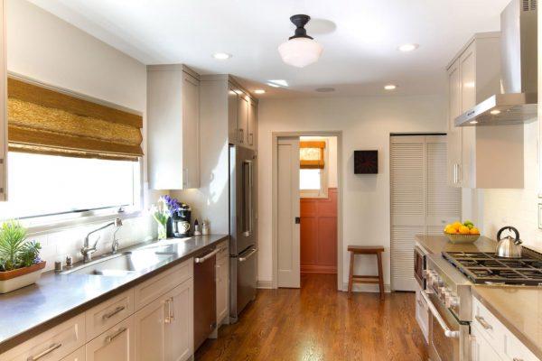 Двухрядная кухня с рабочей зоной у окна