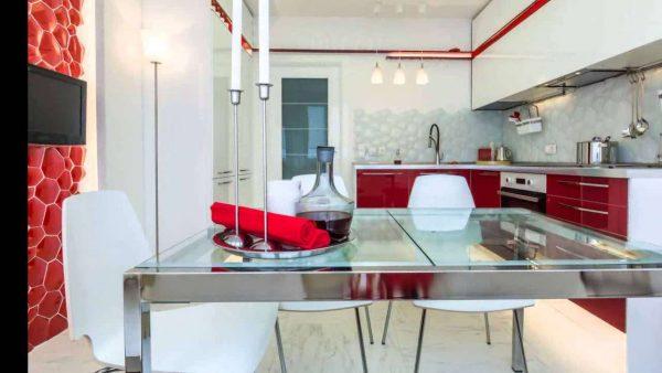 интерьер белой угловой кухни с красным