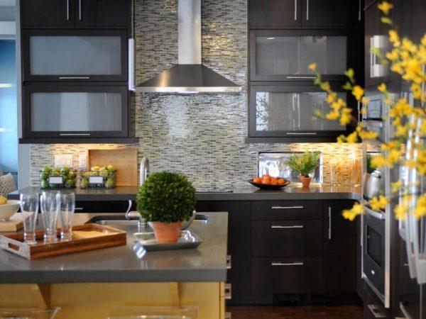 мозаичный фартук на просторной кухне
