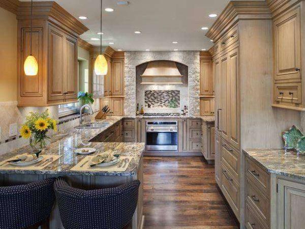 Мрамор в качестве столешницы на просторной кухне