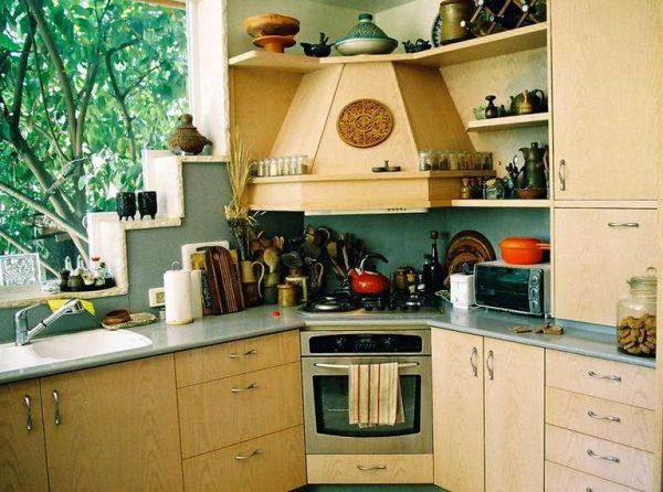 плита в углу кухни у окна