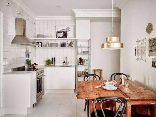 угловая белая кухня с открытыми полками