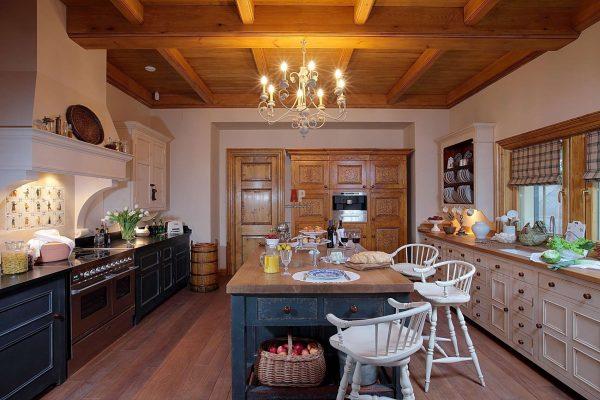 деревянные балки на кухне в английском стиле