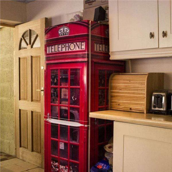 красная телефонная будка на кухне в английском стиле