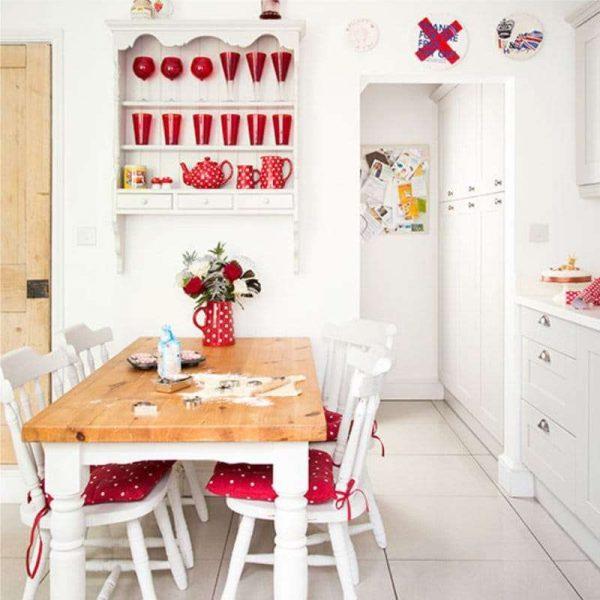 стильный красный декор в интерьере кухни в английском стиле