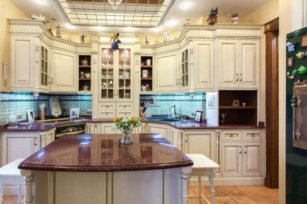 белая стильная кухня в английском стиле
