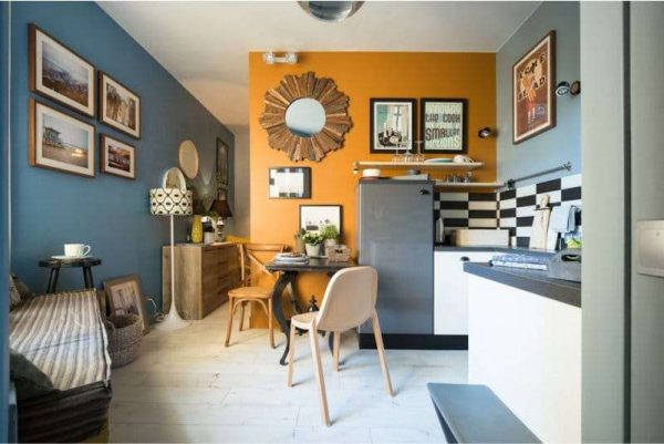 Кухня в английском стиле с голубыми и жёлтыми стенами