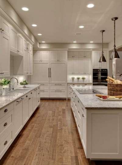 белая кухня в английском стиле с островным столом
