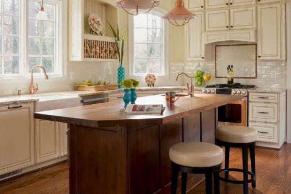 деревянный остров на кухне в английском стиле