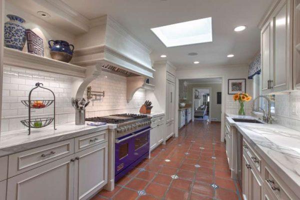 керамогранит на полу кухни в английском стиле