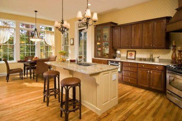 кухонный гарнитур с деревянными фасадами на кухне в английском стиле