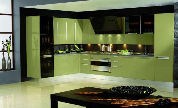 сочетание чёрного и оливкового на кухне