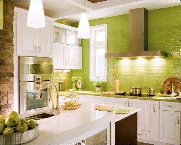 кухня со стеной оливкового цвета